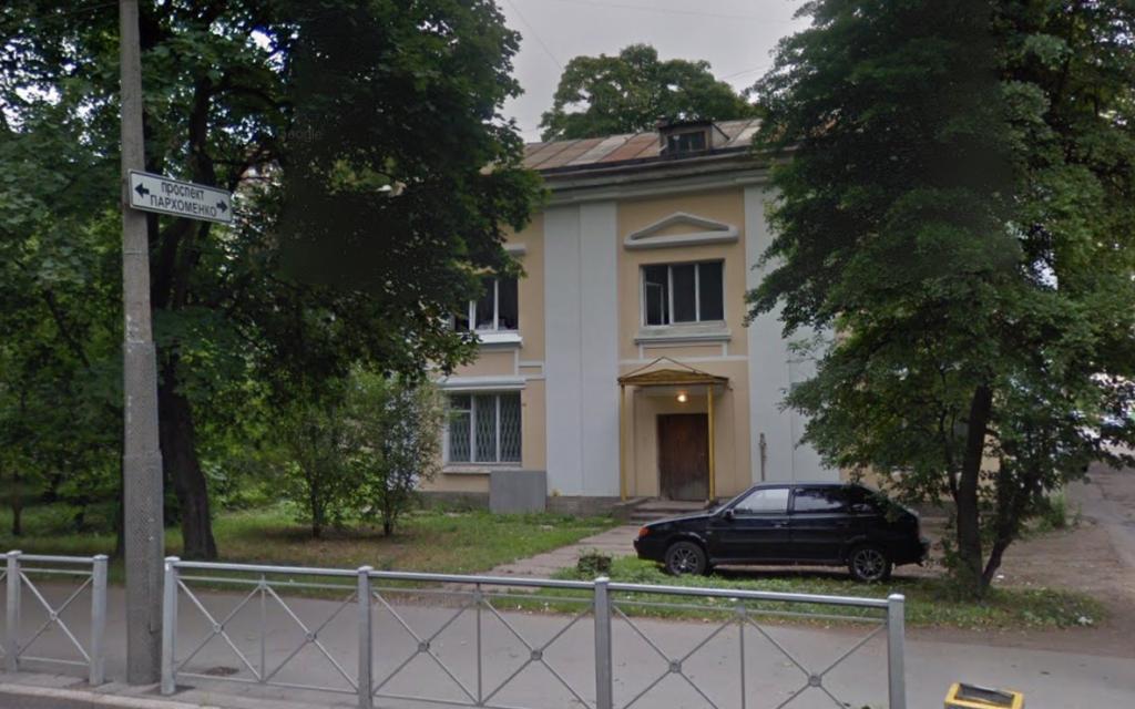 Здание общежития с окнами на улицу